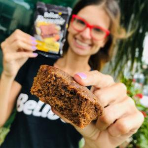 Mulher segurando o Brownie sem glúten Caramelo Belive