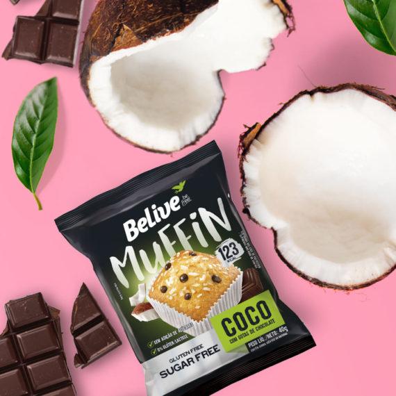 Muffin Fit de Coco junto com pedaços de coco e chocolate