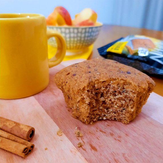 Muffin Fit sabor Banana com Canela e Chia servido com café na mesa
