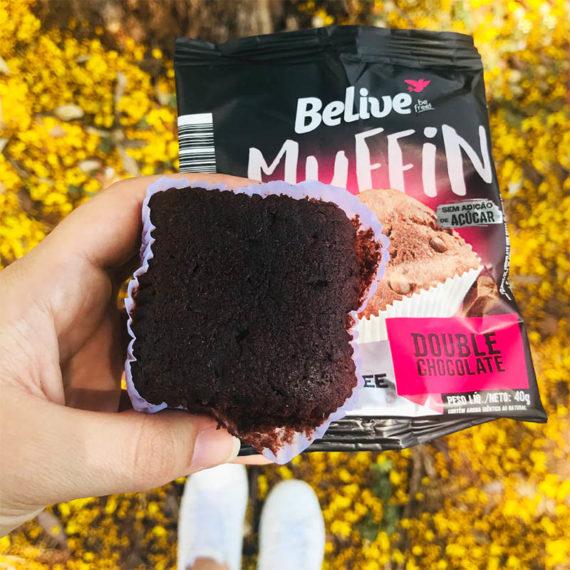 Pessoa segurando um Muffin Fit de Chocolate com Gotas da BeLive