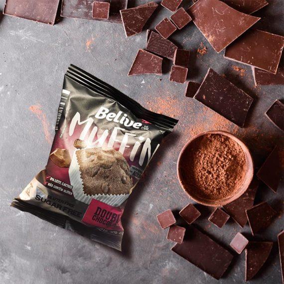 Muffin Fit de Chocolate na mesa, com pedaços de chocolate