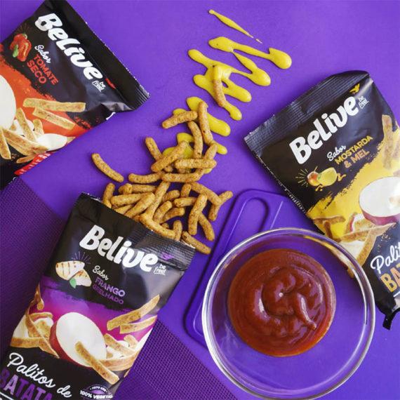 tres sabores de snacks proteicos em formato de palito belive