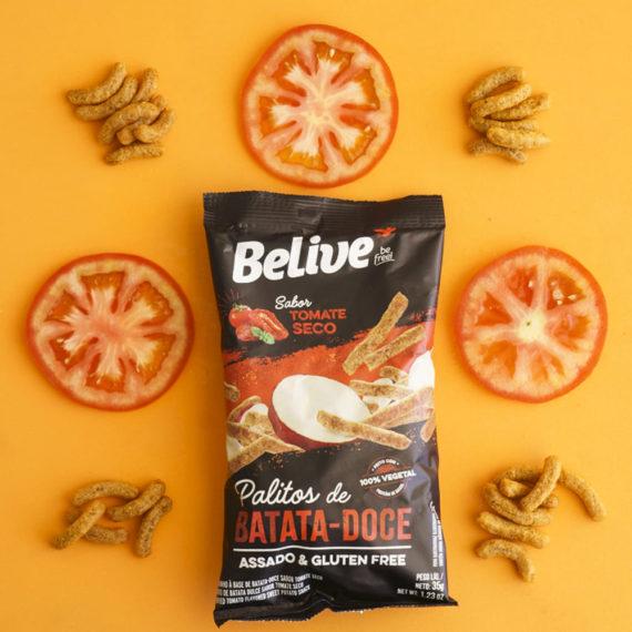 snacks proteicos de batata-doce sabor tomate de seco com rodelas de tomate