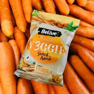 snacks saudaveis sabor cebola caramelizada em cima de pilha de cenouras