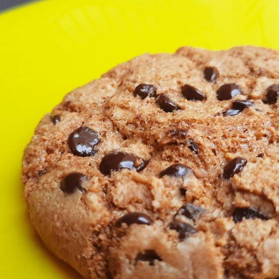 Cookie Sem Glúten Baunilha e Chocolate em prato amarelo Belive