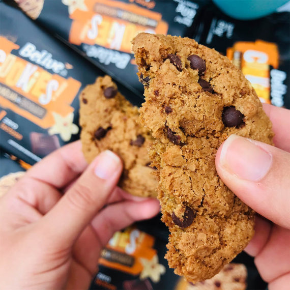 Cookie sem glúten partido ao meio, com gotas de chocolate Belive