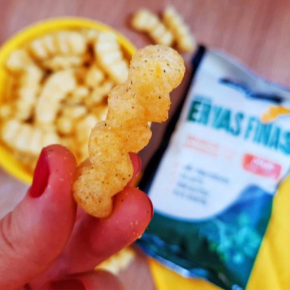 Mão segurando o snack fit de miho da BeLive, sabor Ervas Finas